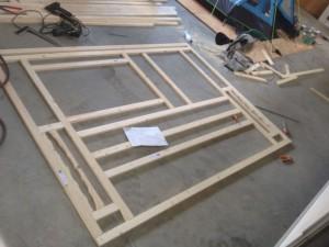 Nieuw opbouwen van raamwerk voor de achterwand. Veel meetwerk waar de houten latten moeten komen ivm vastschroeven.